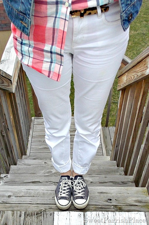 white jeans, plaid button down, denim jacket, Converse3