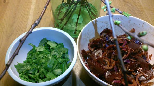 Salade van rode biet, avocado en doperwten