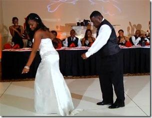 Pai de noiva surpreende convidados dançando em casamento