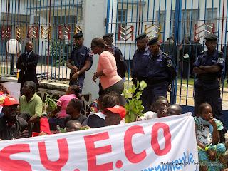 Sit-in de quelques enseignants membres du Syeco devant la primature, le 2/03/2011 à Kinshasa. Radio Okapi/ Ph. John Bompengo
