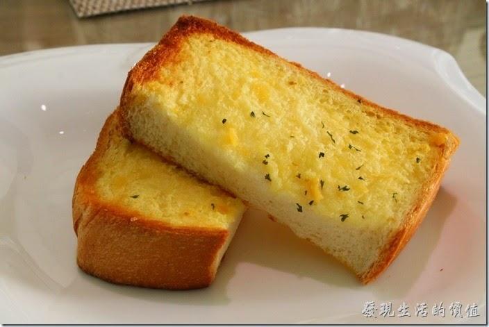 台南-L B_Coffee綠色咖啡廳。這是來店FB打卡所贈送的香蒜麵包。麵包軟嫩好吃,上面抹上了薄薄的一層大蒜醬。