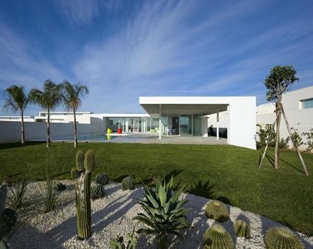 Casa de dise o minimalista con piscina arquitexs for Casa minimalista roja