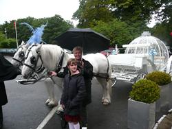Это я с зонтом на фоне волшебной кареты