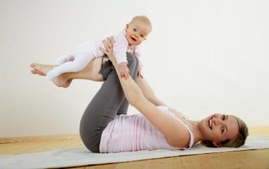 junge mama macht gemeinsam mit ihrem baby fitness und yoga uebungen