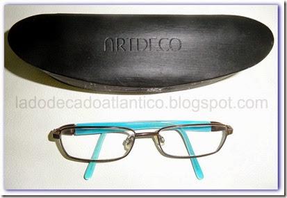 Imagem óculos com as hastes internas em azul turqueza e sua caixa