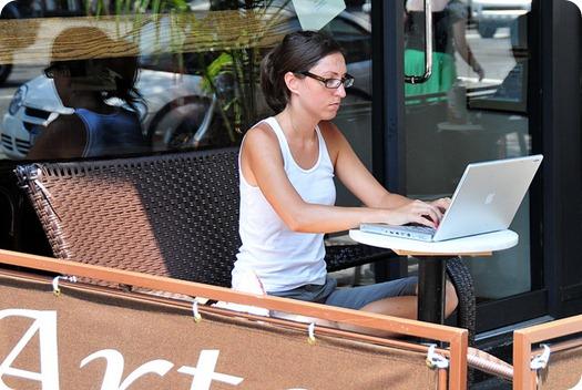 Cafe'de Laptop Kullanan Kadın