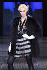 Falda en cuero y encaje con tono negro acompañado por un abrigo de piel largo. Gentileza: Express News
