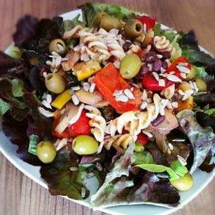 3 Italienischer Nudelsalat auf Blattsalat