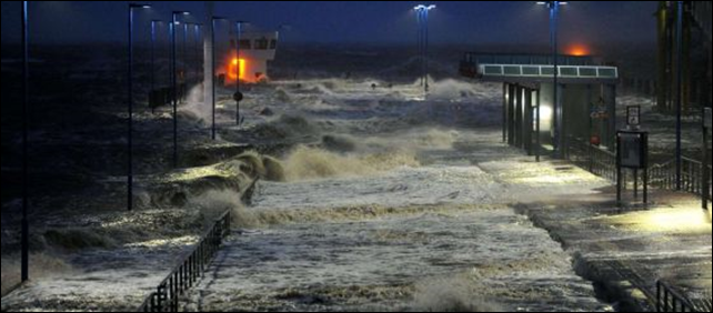 A storm surge caused by extreme storm Xaver hits Port of Dagebuell in Northern Germany, 5 December 2013. Photo: CARSTEN REHDER / AFP