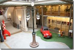 Abrité dans un superbe édifice Art nouveau réalisé par Victor Horta en 1905 pour un négociant en textile.