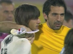 Buffon (Juventus) consola portiere avversario Perin (6 reti, Pescara) 2012