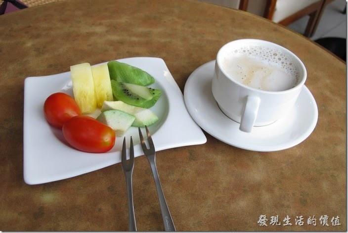 台南-上品鐵板燒餐廳。因為真的吃得很飽,所以我們只倒了一杯咖啡及一小盤水果。