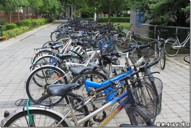 成大21世紀風味館後面有成大的學生宿舍,有學生就有腳踏車。