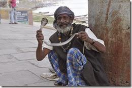 Montreur de serpent Ghat de Bénares