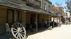 Visite des décors extérieurs des studios. Cette ville de Far West possède 6 rues avec chacune son église, sa prison, sa banque et son saloon. A l'âge d'or des westerns, ils pouvaient donc tourner 6 films en même temps !