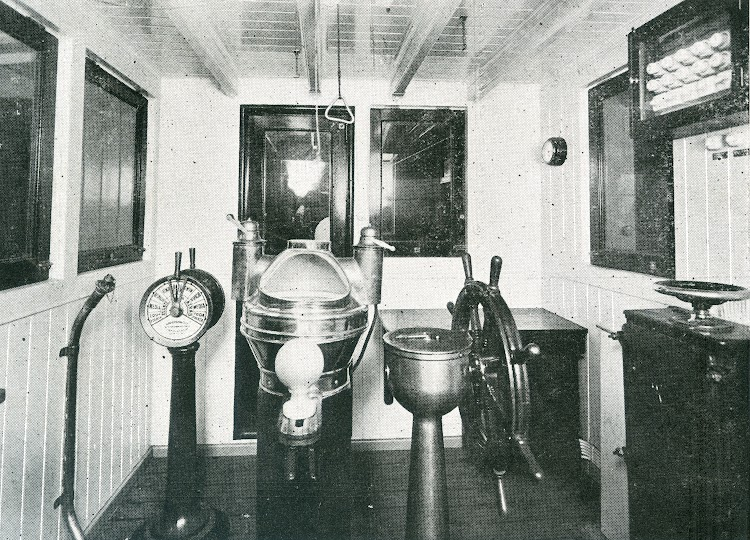 Puente de mando. Caseta de timonel. Foto de la revista INGENIERIA NAVAL. Septiembre de 1931.jpg