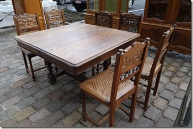 Antiekmarkt テーブルと椅子のセットで250EUR、ってどうです?