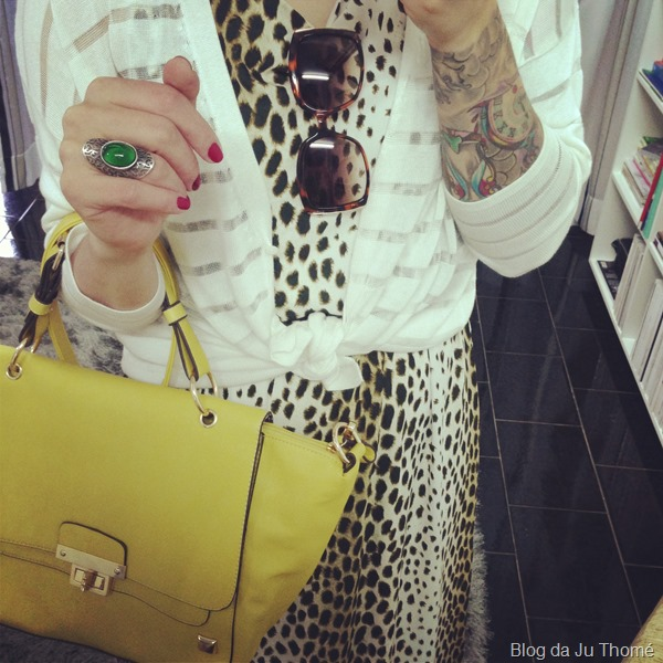 look vestido estampado onça, cardigã branco e bolsa lima (1)