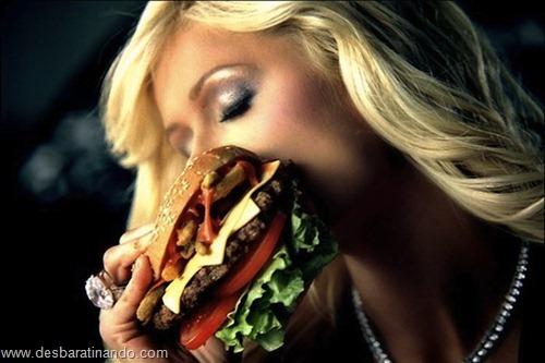 gatas mulheres comendo hamburgers  (3)