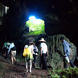 Bukit Sarangで洞窟内のアナツバメの営巣地を調査 / Go into the cave at Bukit Sarang, nesting site of the swiftlets (Photo by Shinji Otake)