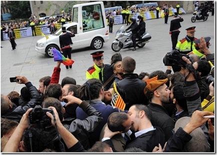 barcelona gay kiss-in