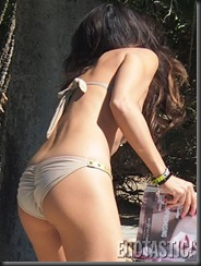leilani-dowding-sunbathing-in-a-bikini-poolside-03-675x900
