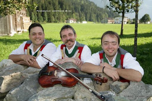 Andreas Brugger links spielt die Steirische Harmonika