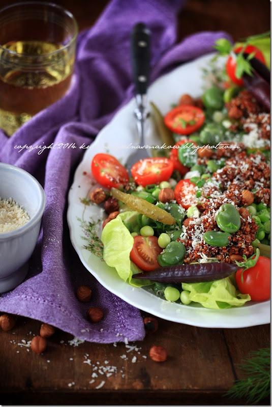 fioletowy groszek w sałatce z bobem, groszkiem zielonym, quinoa i ogórkirm kiszonym pod parmezanową chmurką (10)