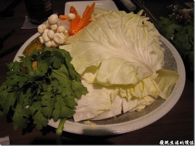 台北新光三越-紅豆食府●壽喜燒。鍋物-盛合青菜皿,蔬菜超多,不過這是三人份。