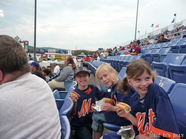eating hot dogs at ballgame