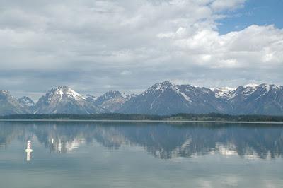 湖に写った山々