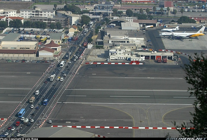 اغرب مطار العالم مدرجه يتقاطع gibraltar-airport-2%