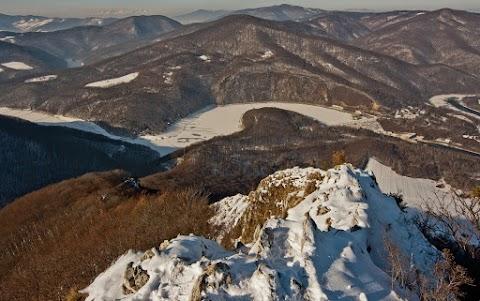 Ružín zo Sivca, Čierna hora, v pozadí Bujanovské vrchy