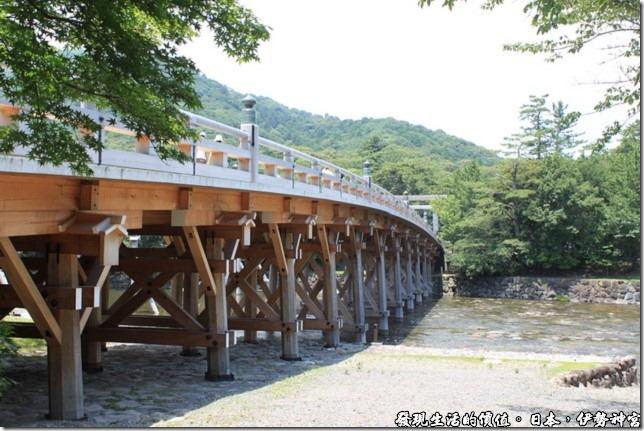 日本伊勢神宮,這座通往伊勢神宮的木橋橫跨在五十鈴川之上,典雅的橋墩,清澈的溪流,好一個小橋流水,扯遠了。