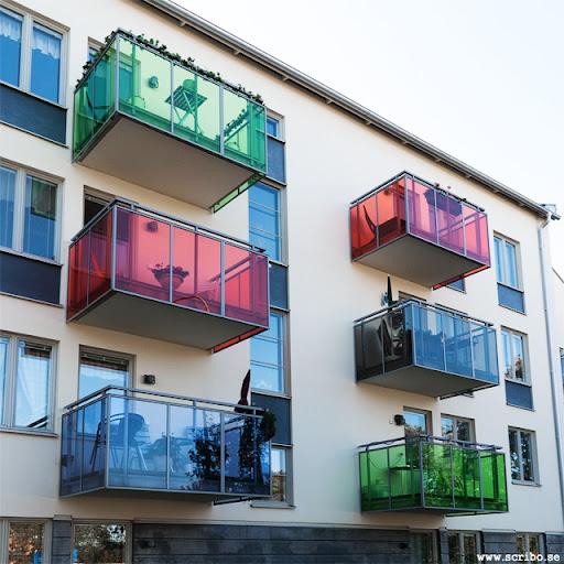 Röda, blåa och gröna balkonger på huset vid Årstagatan