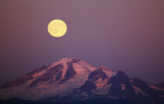 September 2010 - 1st Place / Moon over Mt. Baker / Credit: Kenneth Quinn