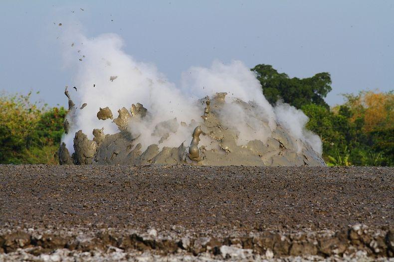 البراكين الطينية ظاهرة غريبة تجذب الاف السياح اليها bleduk-kuwu-7%5B9%
