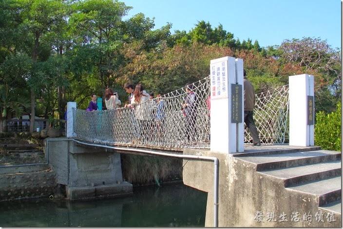 台南-四草竹筏綠色隧道。這裡也有坐吊橋可以連通大眾廟與運河旁的溼地,這吊橋就橫跨在運河的上方。