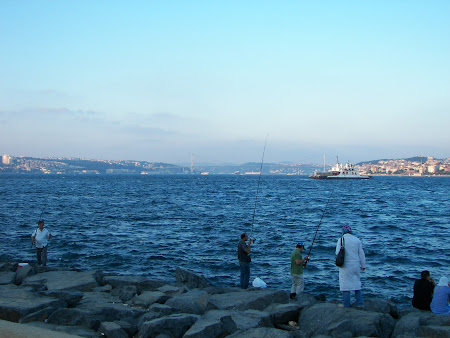 Imagini Istanbul: pescari pe malul Bosforului