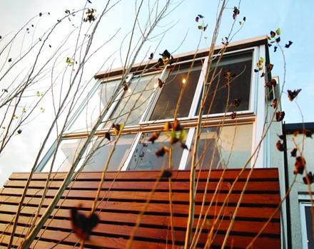 Revestimiento-madera-en-fachada-casa-AMD