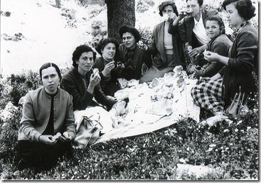 Πρωτομαγιά 1956 , στον  Άι Νικόλα  στα  Καλτεζιά, Καταντζάλου,Μαρία Ι.Πέτρου - Τάλτα , Ελένη Ταμβάκη , Ελένη Λατσούδη,Κούλα  Ταμβάκη Γιαννούλα Γ. Πέτρου - Τάλτα ,Μαρία Γ. Πέτρου - ΤάλταΑλεξάνδρα Ταμβάκη