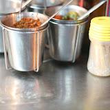 Accessoires indispensables à la cuisine Thaï: Cacahuètes, piment, sauce soja, sauce de poisson, sucre et cure-dents