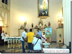 Entrega de cesta de frutas como homenagem aos 17 anos de vida sacerdotal de Pe Otaviano