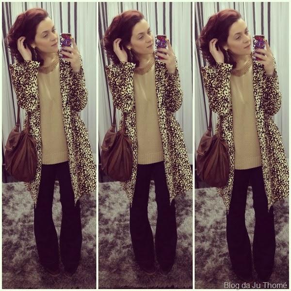 look jeans flare, tricô nude e casaco animal print