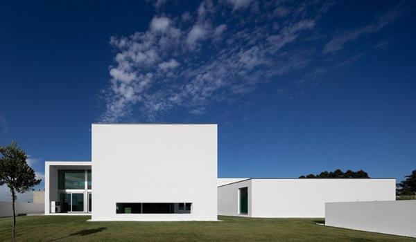 Casa aradas fachada minimalista rvdm arquitectos for Casa minimalista arquitectura