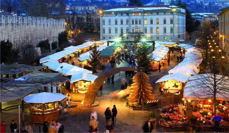 Mercatino Piazza Fiera Trento foto Campanile