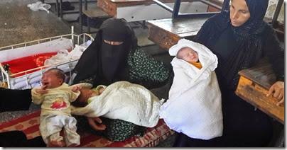 نساء فلسطينيات لاجئات إلى أحد مراكز الايواء في رفح بسبب العداون الاسرائيلي ولدن تحت القصف الاسرائيلي