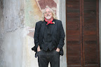 ROBIN WILLIAMSON a Clusone, davanti all'affresco della Danza Macabra.