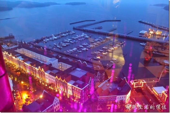 日本北九州-豪斯登堡。夜晚由「德姆特倫高塔」俯瞰港口城可以看到好多船隻停靠。