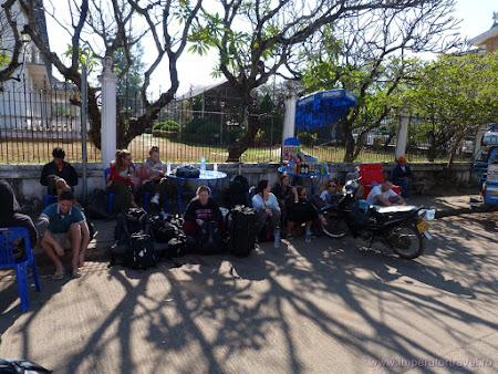 28. statie turisti straini Vientiane.JPG